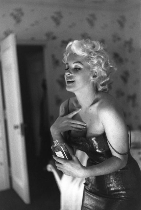 Marilyn Monroe putting on perfume