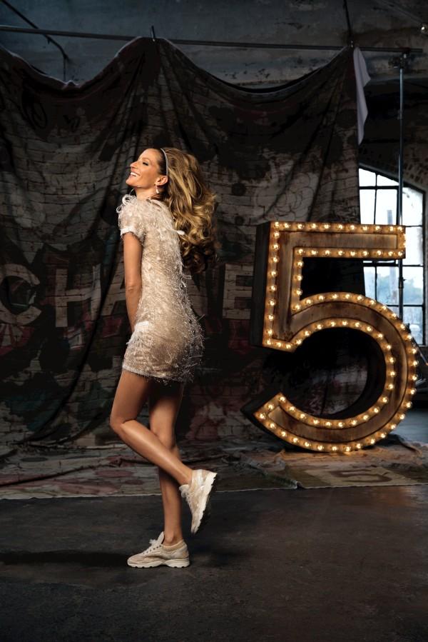 Gisele Bundchen plays a model