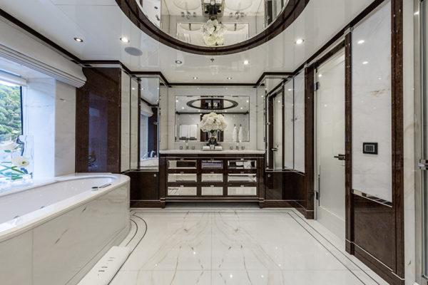 Benetti-MY-11-11-VIP-Suite-Bathroomd