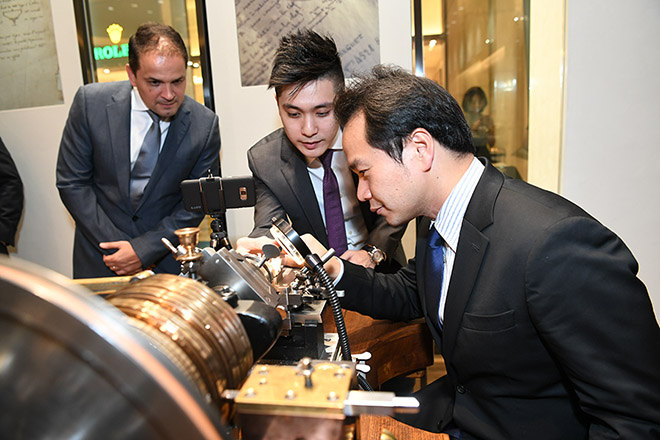 Dr. Chettha Songthaveepol having his hands-on experience at Breguet Marina Bay Sands with the fully functional —engine-turning machine (also known as a machine à guillocher).