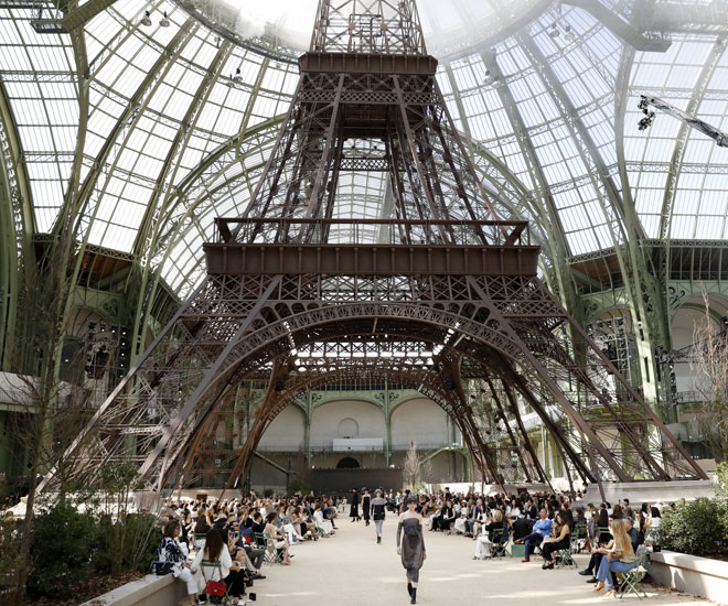 Models present creations for Chanel under a replica of the Eiffel Tower at the Grand Palais during the 2017-2018 fall/winter Haute Couture collection in Paris on July 4, 2017. © Patrick KOVARIK / AFP