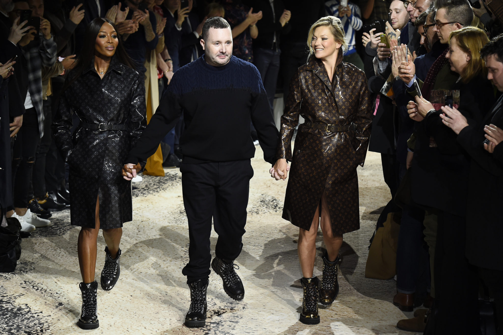 588e43ab British designer Kim Jones (C) holds hands with British models Naomi  Campbell (L) and Kate Moss (R) / Image courtesy of AFP