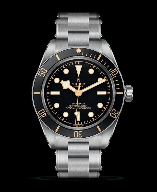 Tudor rende omaggio al loro primo orologio da sub con un Black Bay 58 di proporzioni simili pilotato dal nuovo Manufacture Calibre certificato COSC MT5402