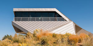 Shapeshifter House: A Sculptural Gem Rises from a Desert Land