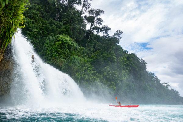 Kayak nelle iconiche cascate Mommon lungo la costa di Kaimana