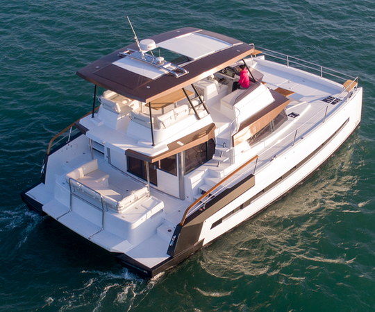 The flybridge with helm is enhanced by access from both sides